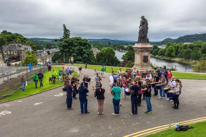 Ett säkkpipegäng övar uppe vid Inverness Castle. Riktigt mäktigt när man står nära och känner basgångarna.